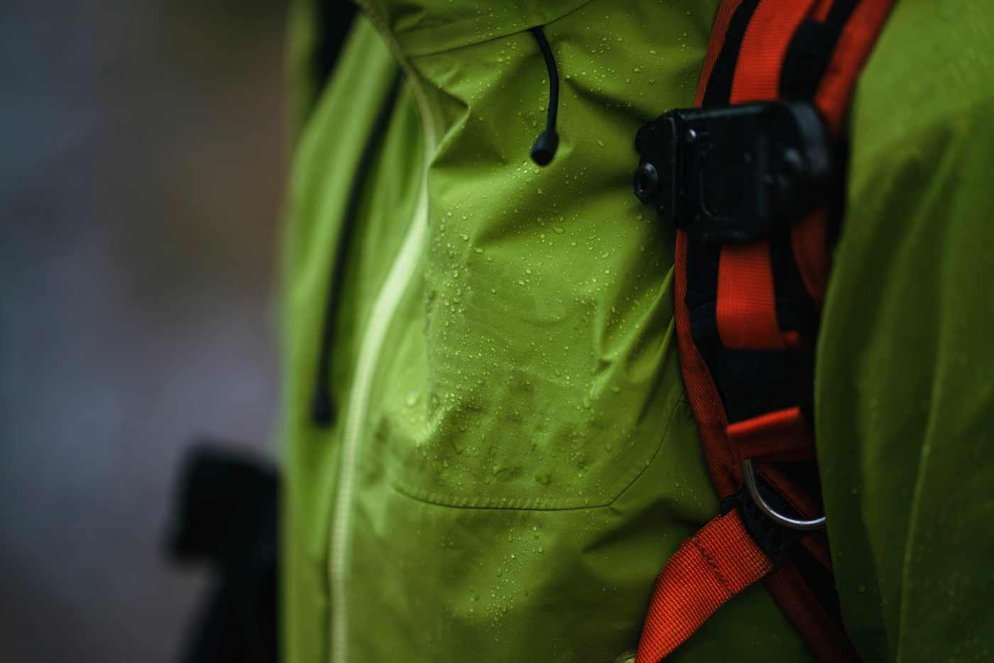 Cum te pregătești pentru vremea ploioasă atunci când pleci în drumeție?